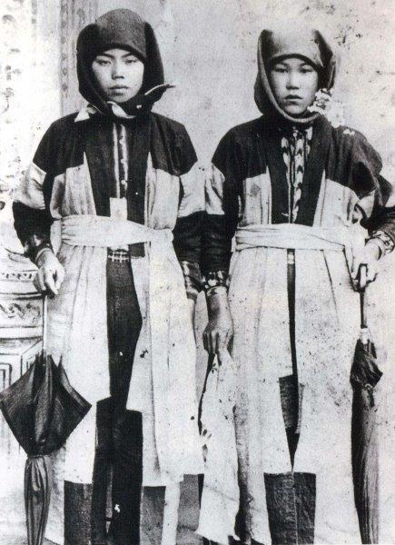 Women wearing Nanbu hishi-zashi