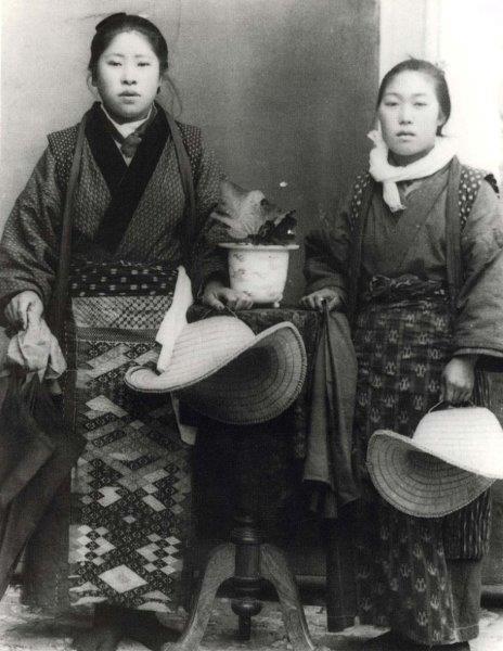 women waering Nanbu-hishi-zashi apron